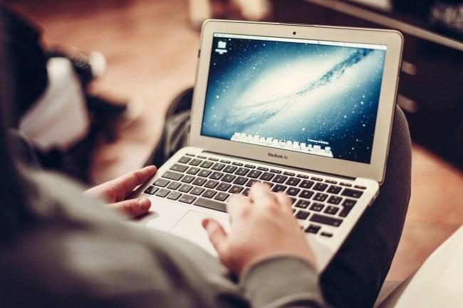 mujer-utilizando-ordenador