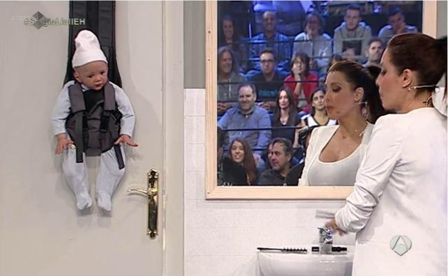bebe-colgado-puerta-pilar-rubio
