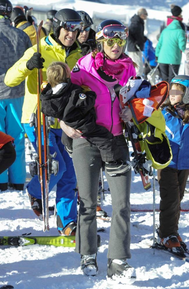Alejandra Prat acarrea esquís