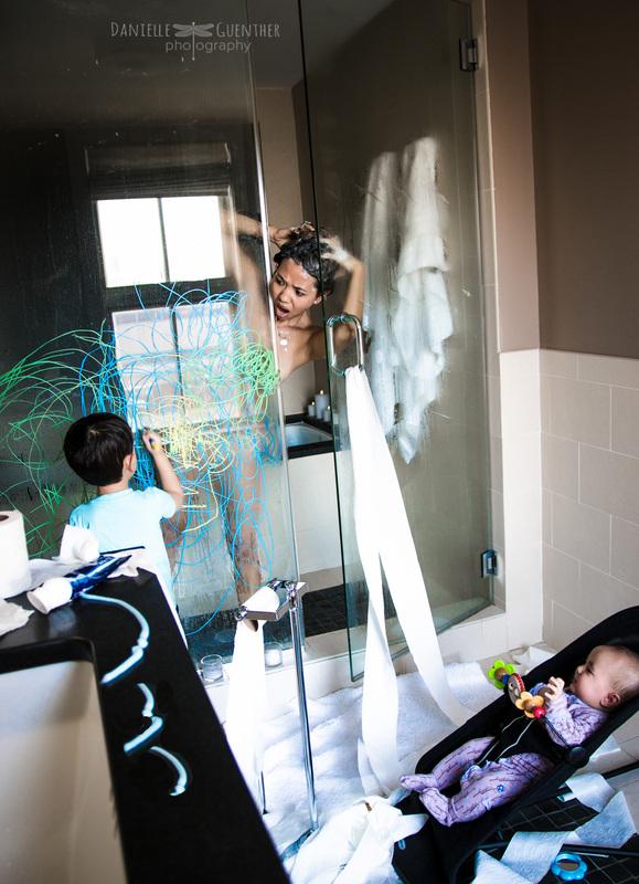 mujer-banandose-mientras-su-hijo-pinta-la-puerta