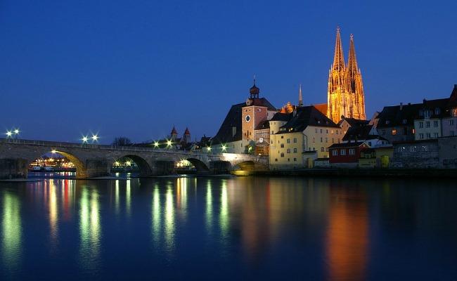 Ratisbona-Danubio-nocturna